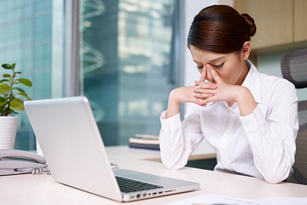 Bạn phải ngồi trước cái màn hình máy vi tính hàng giờ liên tục trong suốt cả ngày?