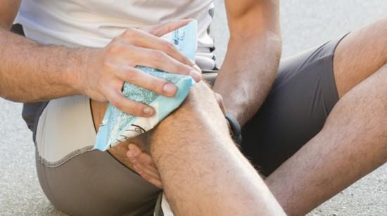 Chườm chân bằng đá lạnh cũng giúp giảm đau rất hiệu quả