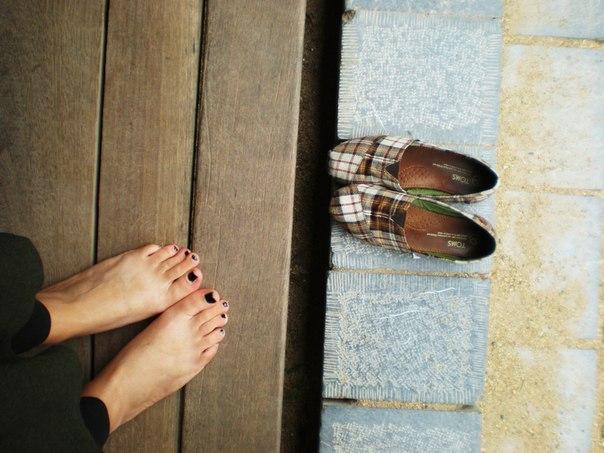 Bạn nên làm chính là tháo bỏ những đôi giày, đôi tất ra khỏi đôi chân của bạn