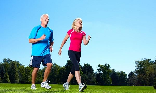 Đi bộ giúp hỗ trợ điều trị giãn tĩnh mạch chân rất tốt