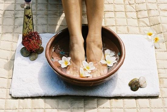 Ngâm chân trong nước lạnh giúp giảm đau suy giãn tĩnh mạch