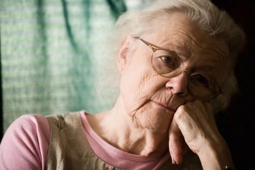 Người già có nguy cơ mắc giãn tĩnh mạch chân cao hơn