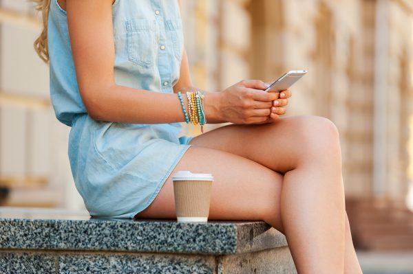 Ngồi vắt chéo chân là 1 trong những thủ phạm gây giãn tĩnh mạch chân