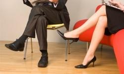 Ngồi vắt chéo chân thủ phạm tiềm tàng gây giãn tĩnh mạch chân